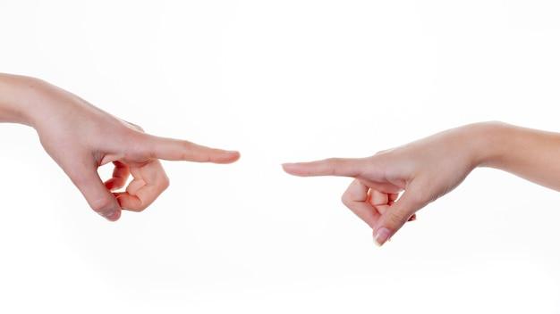 Die hände der frau zeigen mit einem finger auf etwas, das auf weiß isoliert ist