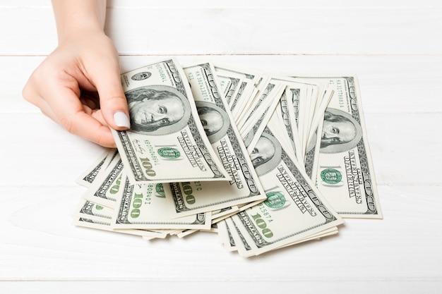 Die hände der geschäftsfrau, die hundert dollarscheine zählen