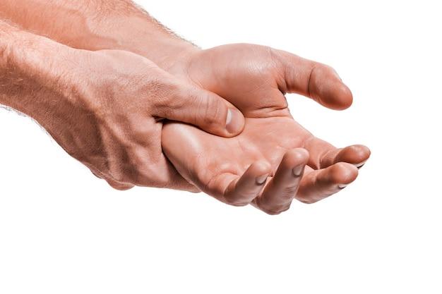 Die hände des mannes massieren - konzept der palmakupunktur