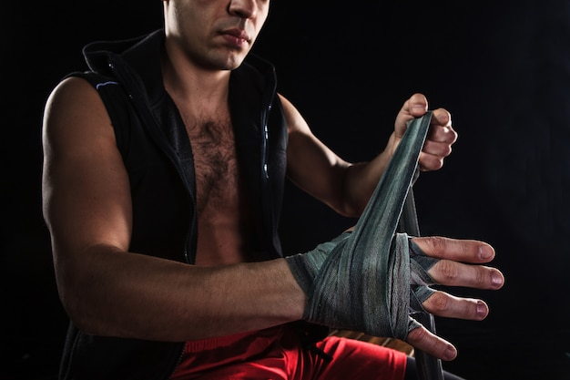 Die hände des muskulösen mannes mit verband