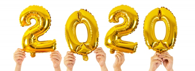 Die hände, die 2020 halten, nummerieren die ballone, die auf weiß, guten rutsch ins neue jahr lokalisiert werden