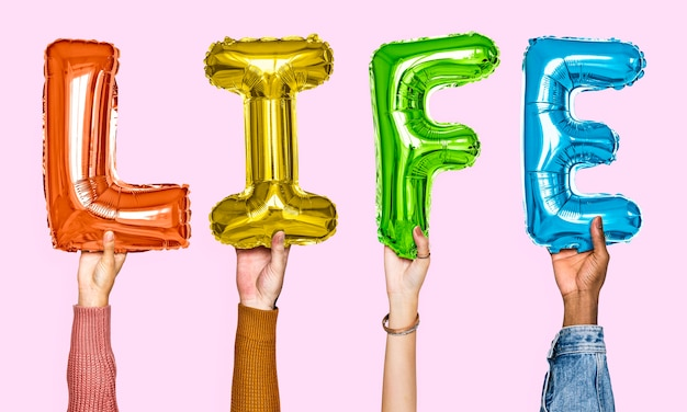 Die hände, die leben zeigen, steigen im ballon auf