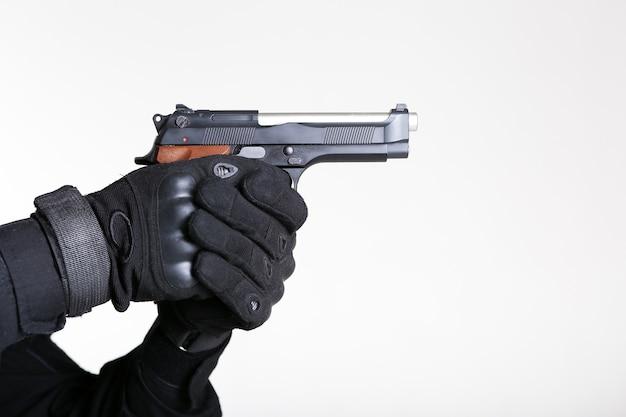 Die hände eines soldaten halten eine pistole