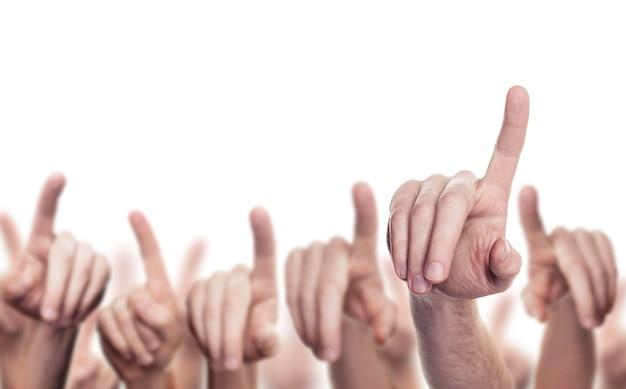 Die hände vieler leute oben lokalisiert auf weißem hintergrund. hände mit zeigenden fingern