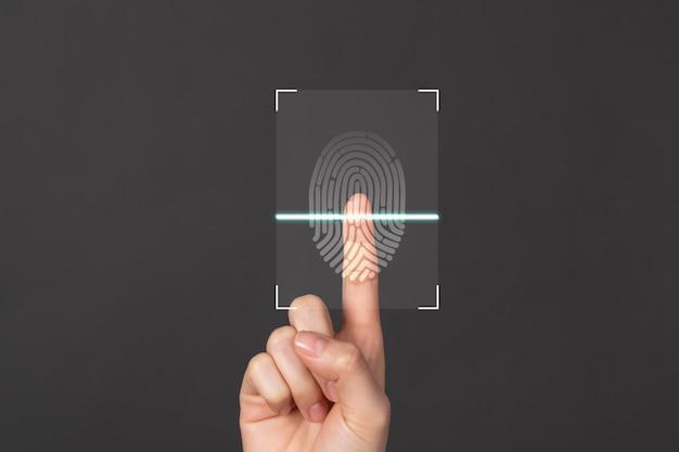Die hände zeigen den bildschirm des fingerabdruckscanners, um online auf den persönlichen benutzer zuzugreifen.