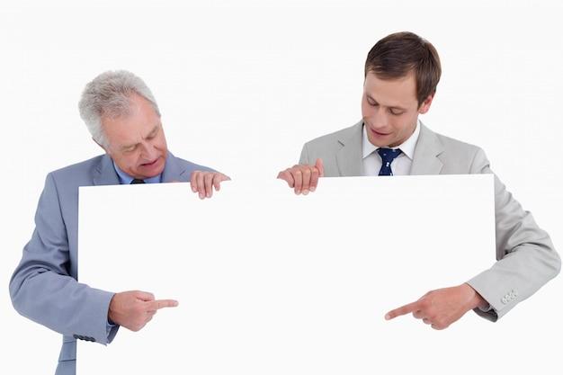 Die händler, die auf leeres zeigen, unterzeichnen herein ihre hände