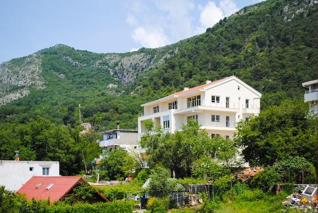 Die häuser der stadt budva befinden sich oben auf dem berg.