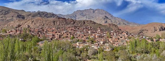 Die häuser im roten dorf abyaneh sind aus rotem lehmziegel im iran gebaut.