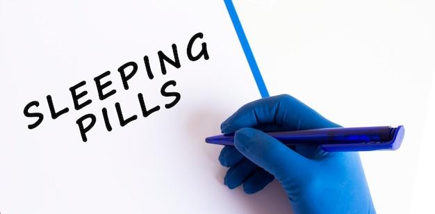 Die hand der ärztin in einem medizinischen handschuh macht eine inschrift in einem dokument. medizinisches konzept.