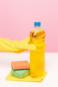 Die hand der frau putzt. reinigungs- oder reinigungskonzept