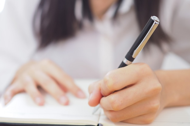 Die hand der frau wird mit der linken hand geschrieben