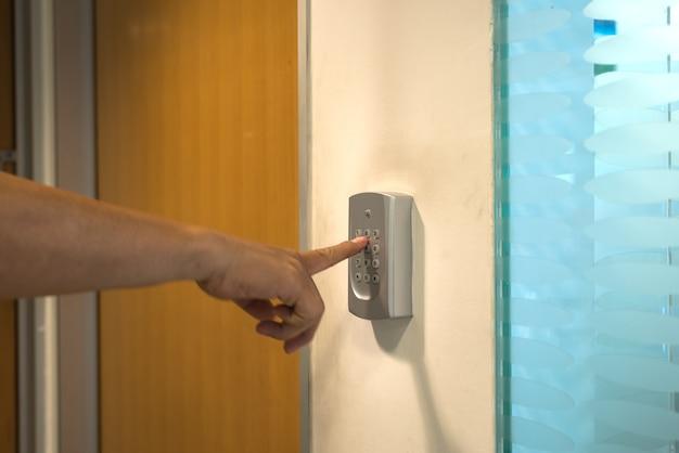 Die hand der person, die code in sicherheitssystem eingibt