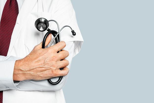 Die hand des arztes hält eine stethoskop-nahaufnahme