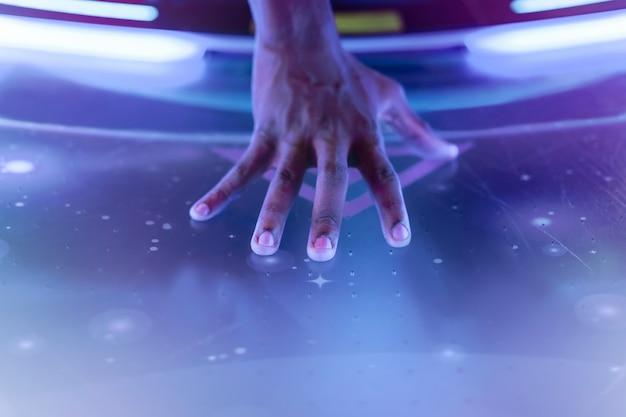 Die hand des darstellers berührt die nahaufnahme der konzertbühne