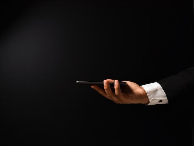 Die hand des geschäftsmannes, die smartphone hält