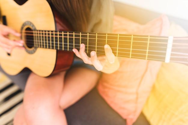 Die hand des gitarristen, die gitarre spielt