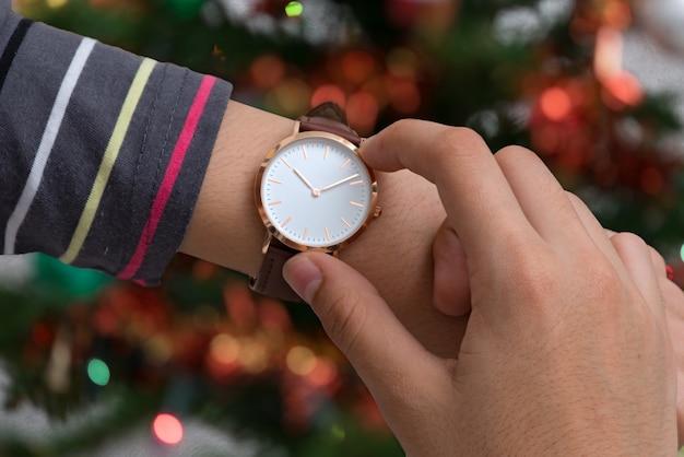 Die hand des mädchens mit armbanduhren in der kaffeepause