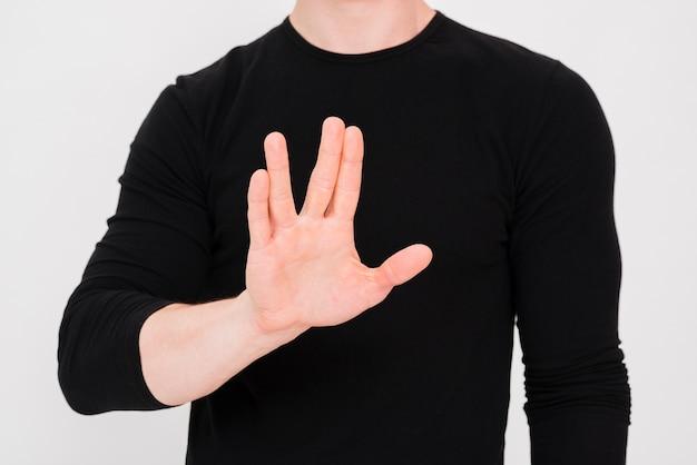 Die hand des mannes, die endgeste gegen weißen hintergrund zeigt