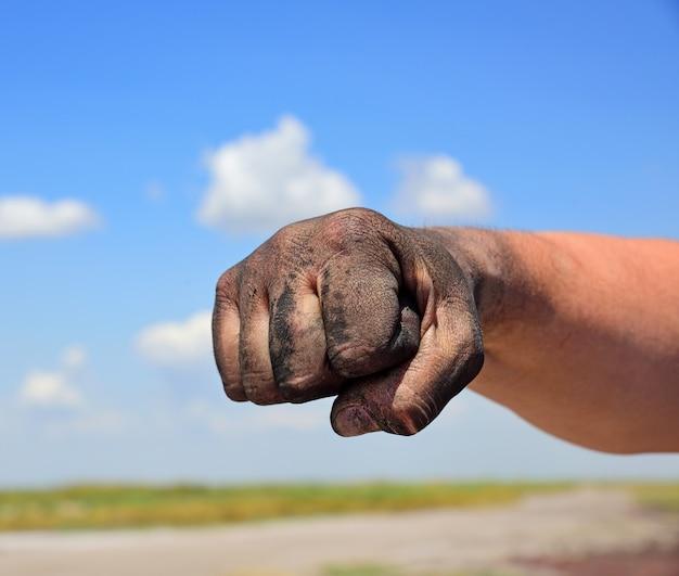 Die hand des mannes ist gefistet