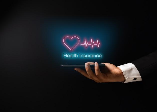 Die hand des mannes mit krankenversicherungskonzeptdesign