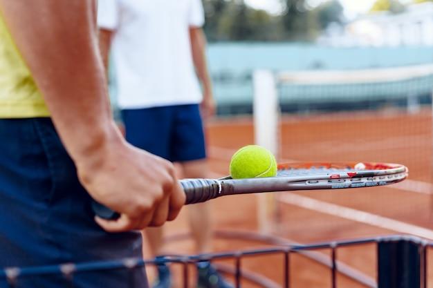 Die hand des tennisspielers bereitet sich auf einen aufschlag vor