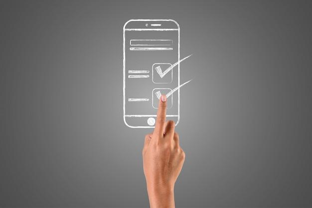 Die hand, die das smartphone spielt, ist mit weißer kreide in der hand geschrieben, konzept zeichnen.