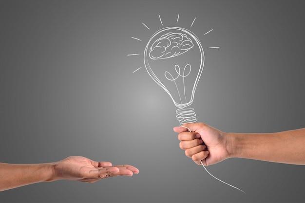 Die hand, die die lampe hält, wird an die andere hand gesendet.