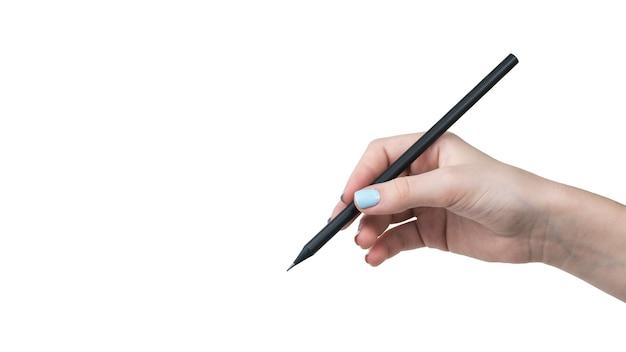Die hand einer frau mit schönem make-up hält einen bleistift, der auf einem weiß isoliert wird. bürobedarf.