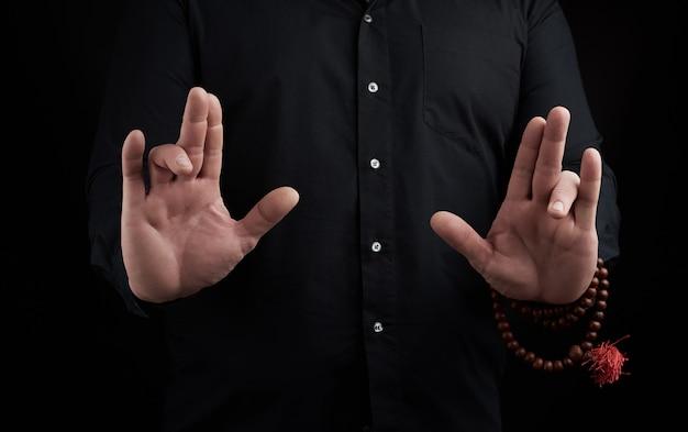 Die hand eines erwachsenen mannes zeigt mudra