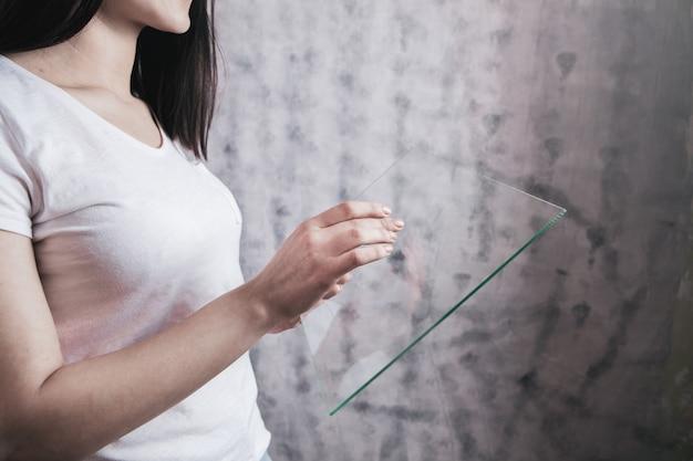 Die hand eines mädchens hält einen glas-touchscreen