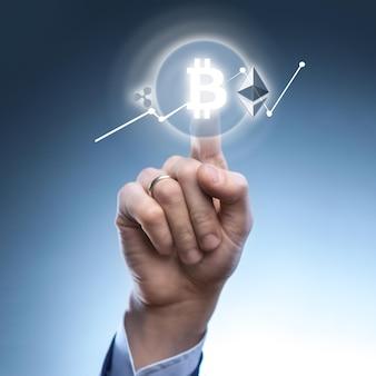 Die hand eines mannes klickt auf das symbol bitcoin auf dem virtuellen bildschirm