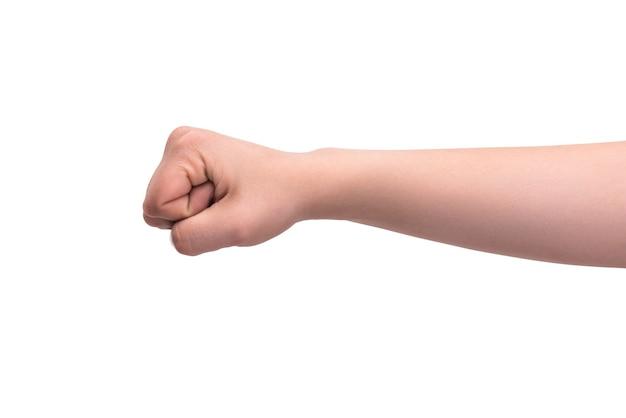 Die hand ist zur faust geballt. getrennt auf weißer wand. aggressionsgeste, konflikt- und bedrohungskonzept.