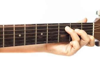 Die Hände der Frau, die Akustikgitarre spielen