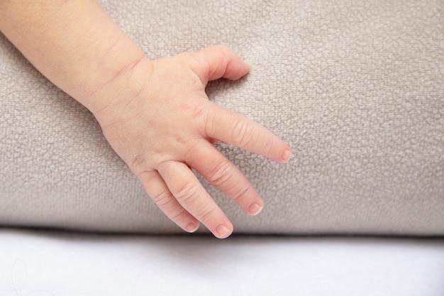 Die handfläche eines neugeborenen jungen als symbol für liebe, schutz und frieden.