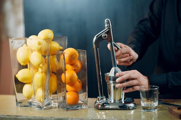 Die handsaftpresse mit zitrone und orange