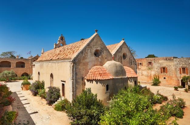 Die hauptkirche des klosters arkadi von der altarseite in rethymno, kreta