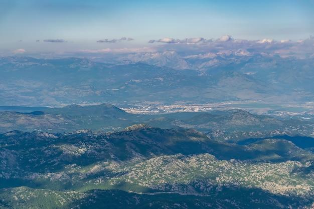 Die hauptstadt montenegros, podgorica, liegt hoch in den bergen.