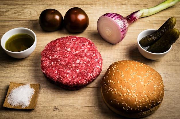 Die hauptzutaten für einen leckeren grillhamburger