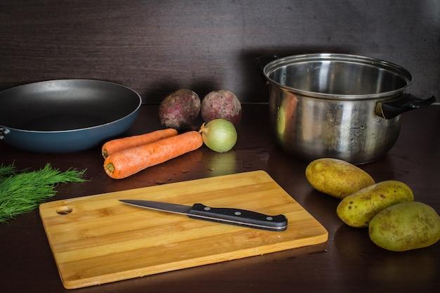 Die hauptzutaten sind gemüse für borschrüben, karotten, kartoffeln, zwiebeln. ansicht oben.