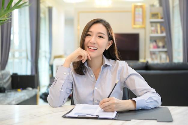 Die headshot-bildschirmansicht einer jungen asiatischen geschäftsfrau ist online und nutzt eine videokonferenz mit partnern oder geschäftsmitarbeitern von zu hause aus.