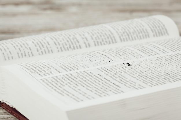 Die heilige bibel auf einem holztisch.