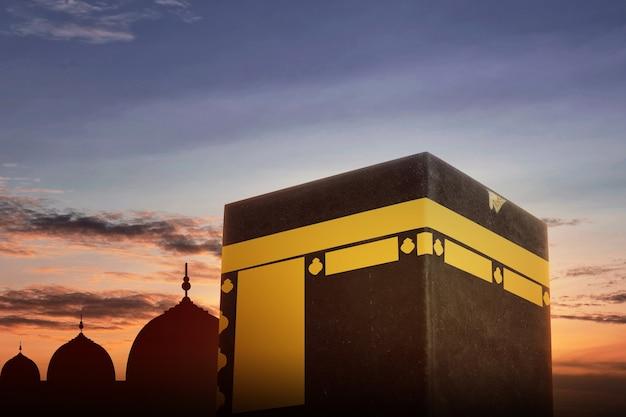 Die heilige kaaba mit blick auf den sonnenuntergangshimmel