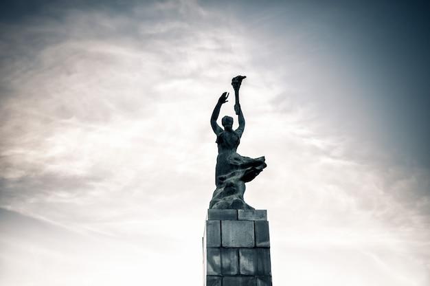 Die helden des leninistischen comsomol, ein denkmal aus der sowjetzeit in grigore vieru bd. chisinau, moldawien