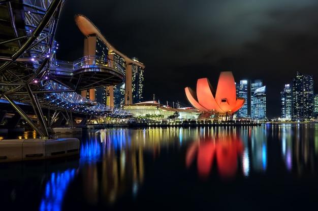 Die helix-brücke, marina bay sands und artscience museum mit innenstadt im hintergrund, singapur