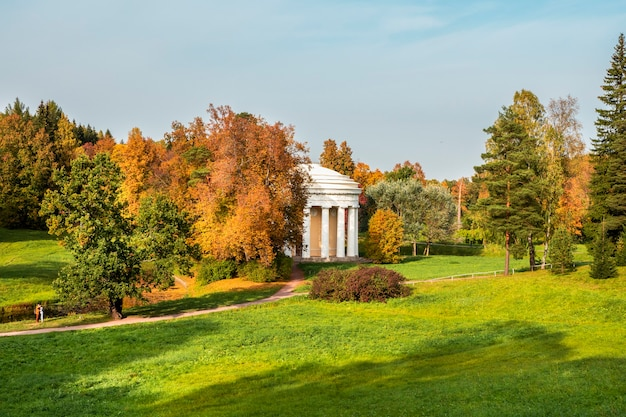 Die herbstlandschaft mit dem tempel der freundschaft befindet sich im pawlowsker park. st. petersburg, russland.