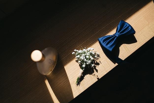 Die hochzeitsdetails des bräutigams liegen auf einem tisch