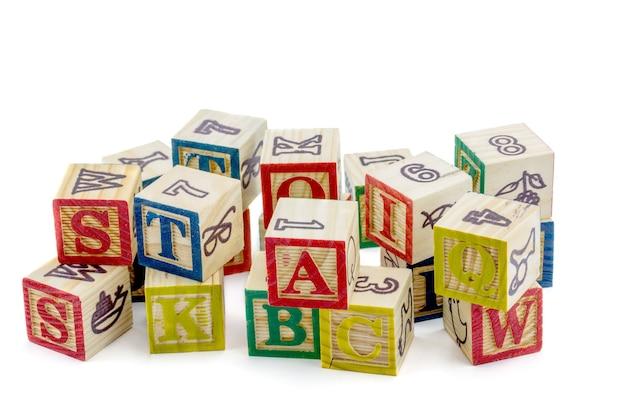 Die hölzernen alphabetblöcke auf einem weißen hintergrund
