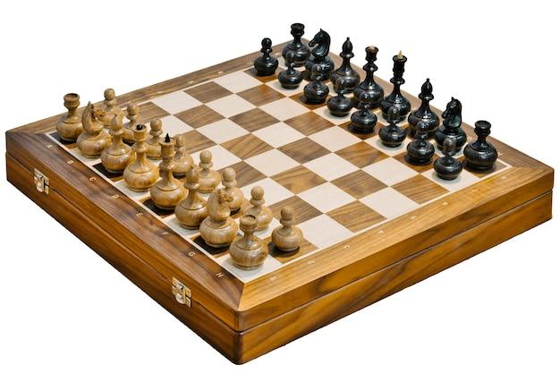 Die hölzernen schachfiguren auf einem schachbrett isoliert auf weißem hintergrund