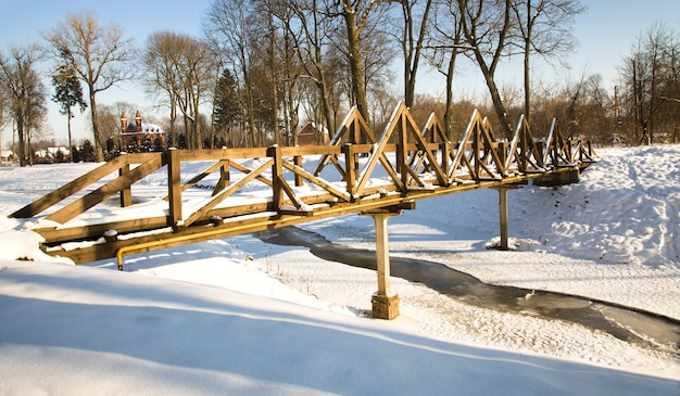 Die holzgebäude im winter. infrastruktur
