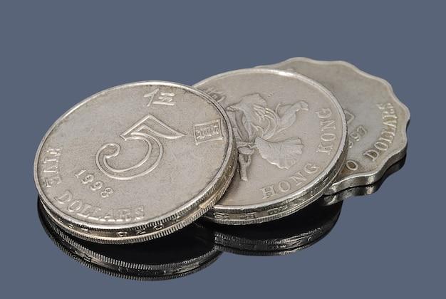 Die hongkong-dollar-münzen auf dunklem hintergrund